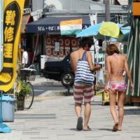 【社会】水着で街歩き迷惑? 一部海水浴客のマナー悪さに苦慮・・・「水着・砂まみれ・水びたし お断りします」 神戸・須磨海岸