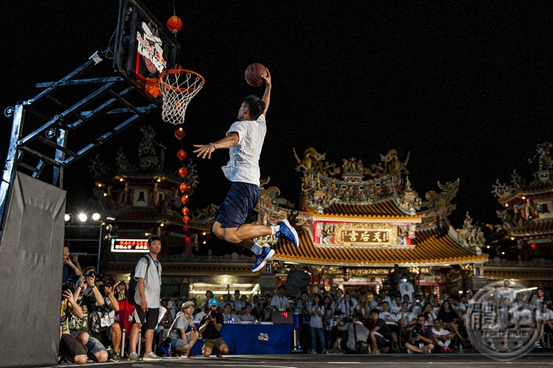 So Yi Chun of Hong Kong performs in the international slam-dunk