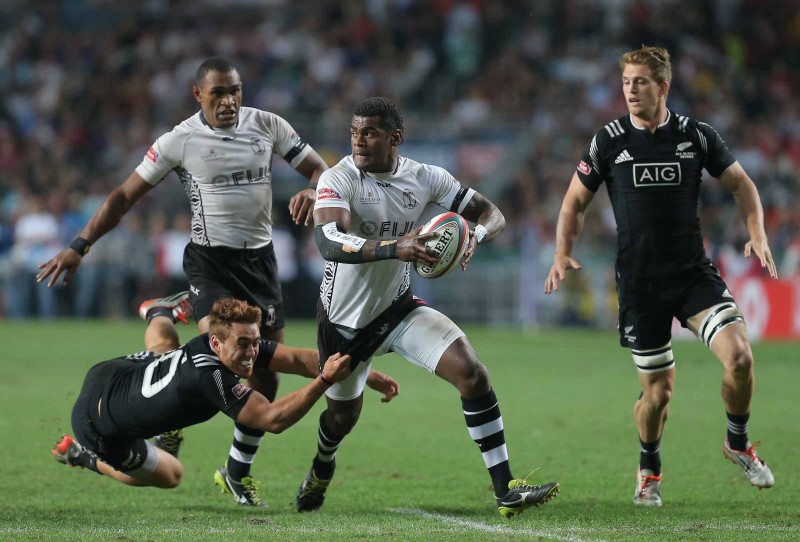 Fiji look for the offload v NZ in the 2015 HK7s Final