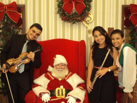 Músicos com Papai Noel no Botafogo Praia Shopping