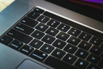 光に照らされるキーボード(Macbook)