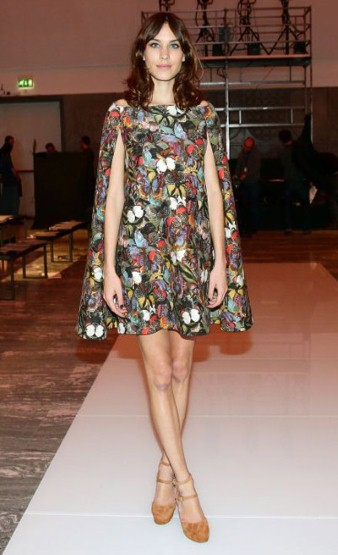 Alexa Chung portait une robe cape imprimée Valentino