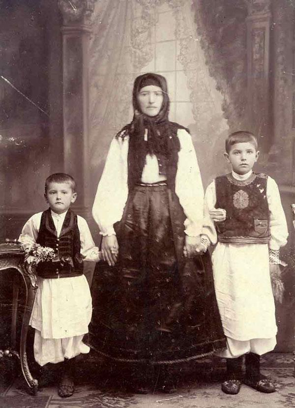 Măria (Țeruga) Gătăianț cu cei doi copii (ciupag alb, prusluc, haine de otoman, argătin)