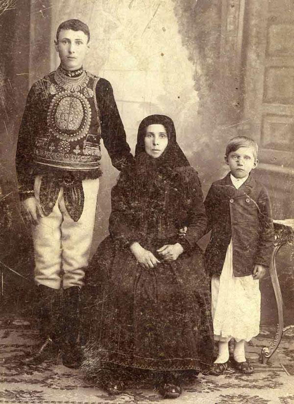 Pătru, Măria și Ion Muncian (1915)