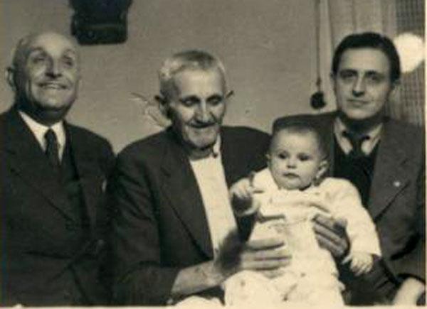 Patru generații - Mihai Imbroane, tatăl lui Avram și Nicolae Imbroane în centru, cu copilul în brațe, Nicolae Imbroane în stânga imaginii, Brutus Imbroane în dreapta și Delia Imbroane, copilul lui Brutus, Timișoara, 1938