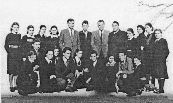 Un grup de elevi cu directorul Miroslav Đorđević și profesorii Ion Buza și Gligor Popi