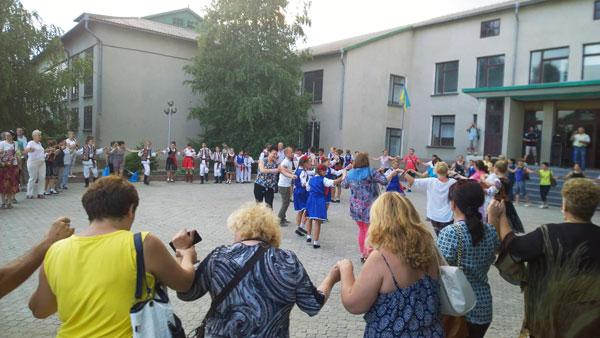 Dascălii din România, Ucraina, Moldova și Serbia în horă cu elevii liceului din localitatea Satul Nou, regiunea Odesa, Ucraina