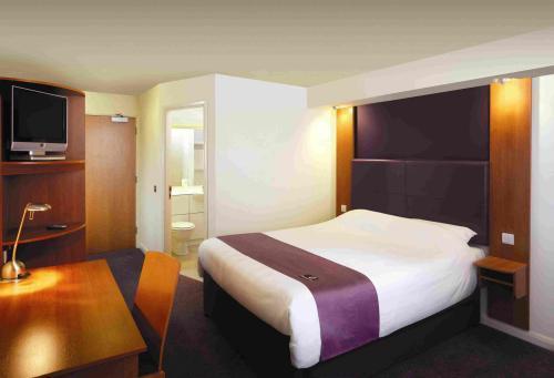 http://images.hotels-world.com/2/org/152/hotelPhoto/2810_Premier_Inn_Sheffield_City_Centre_St._Mary_s_Gate_.jpg
