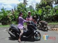 Jalan Kabupaten Rusak, Warga Patungan untuk Tambal