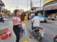 Bak Artis Ibu Kota, Perempuan Cantik Berambut Pirang Ini Bagi-bagi Takjil di Jalanan
