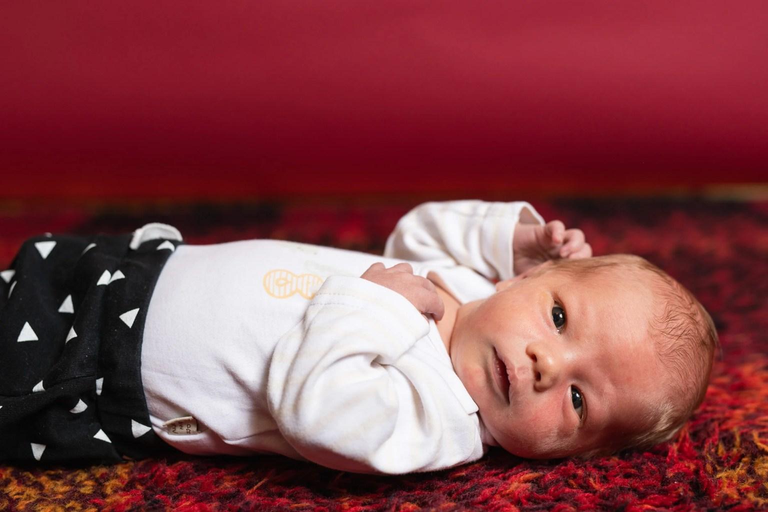 Barnfotografering av August, en vecka gammal.