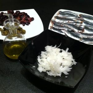 Olio extravergine di oliva, cipolla, capperi, olive taggiasche, sarde (spinate),