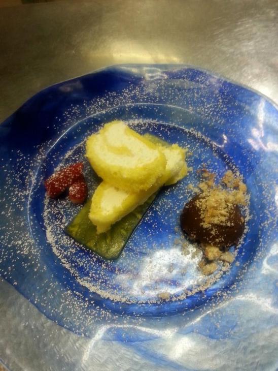 Cremoso all'ananas con rotolo di pan di Spagna e deliziosa crema ganache