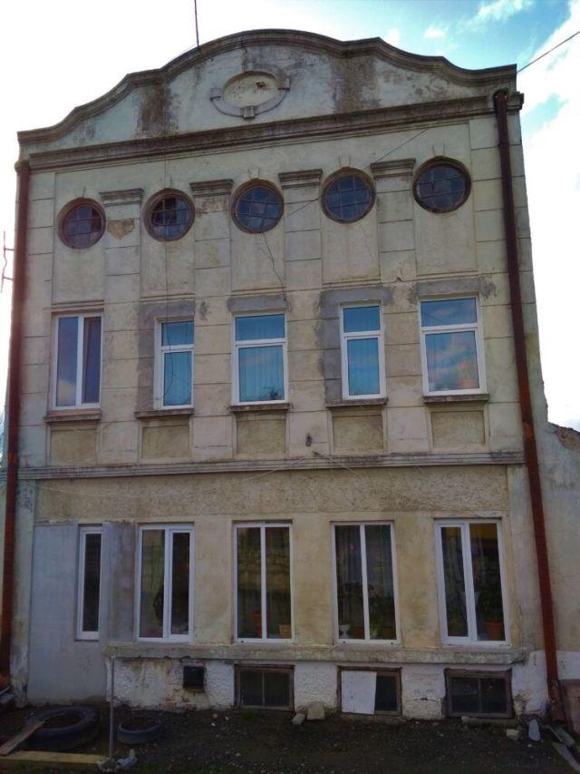 З часом із чотирьох родин, які жили у колишній синагозі, залишилися лише Стефини. - фото 64309