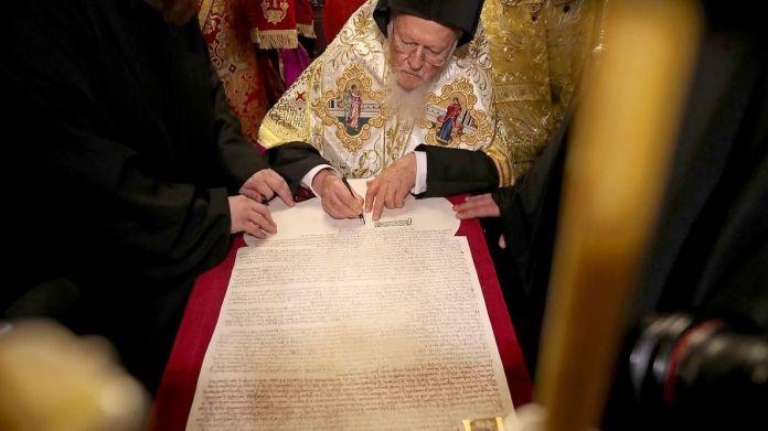Вселенський патріарх Варфоломій підписує томос про автокефалію для Православної Церкви України - фото 77774