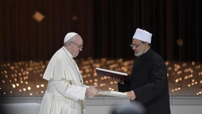 L'incontro tra Papa Francesco e l'imam di Al- Azhar in occasione della firma del Documento sulla Fratellanza umana