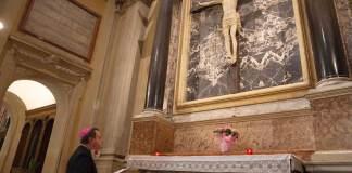 Monsignor Ghizzoni durante la via Crucis, in Cattedrale