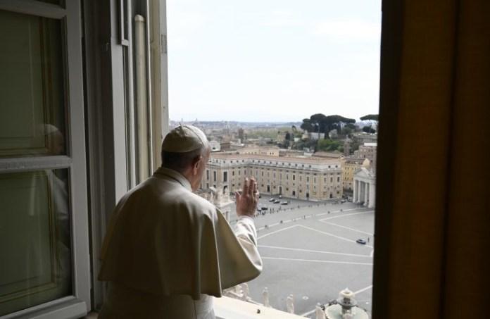 Papa Francesco si affaccia dalla finestra del Palazzo Apostolico
