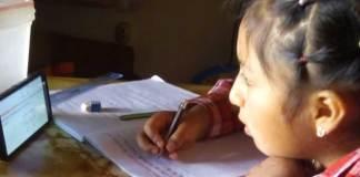 Una bimba mentre fa lezione on line a Carabayllo