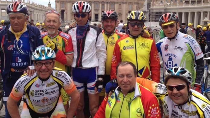 Franco Giusti (primo in piedi a sinistra) con gli amici del Circolo Acli S. Stefano