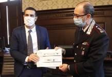 Il sindaco Michele De Pascale e il comandante Marco De Donno mostrano il progetto della caserma