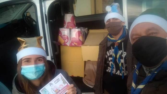 Volontari distribuiscono panettoni