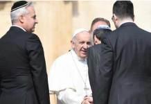 Papa Francesco con alcuni rappresentanti di una comunità ebraica durante un'udienza