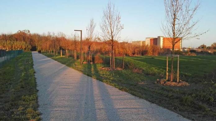 Un tratto del percorso ciclopedonale del parco Baronio