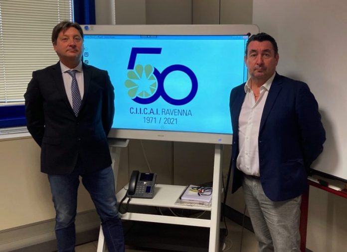 Il presidente Marco Rontini e il direttore Claudio Bassi con il logo del cinquantesimo