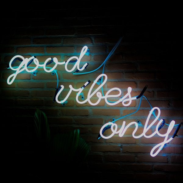 SM-inspiration-neon-quote-good-vibes-only-600x600