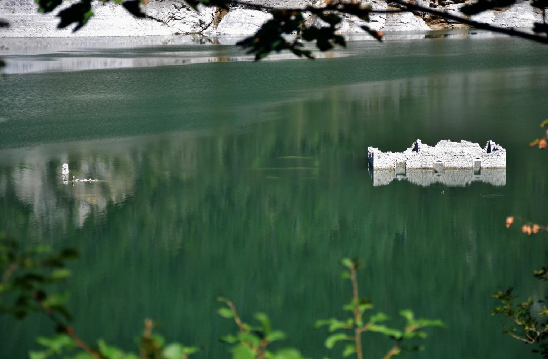 I resti del villaggio emergono dal lago