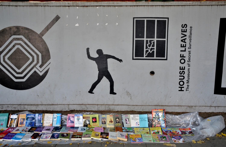 Mercatino di libri all'esterno della Casa delle Foglie