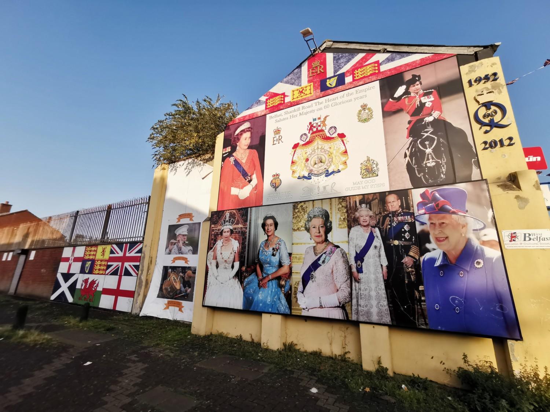 Manifesti della casa reale inglese in Shankill Road