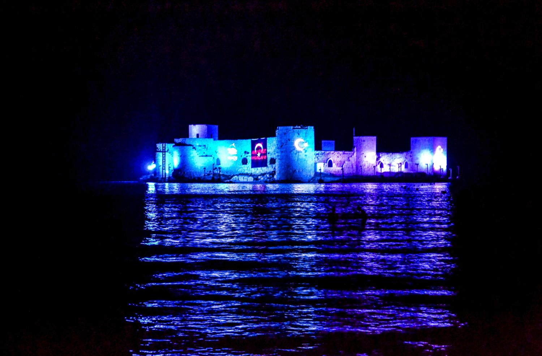 Il Castello di Kizkalesi con l'illuminazione notturna