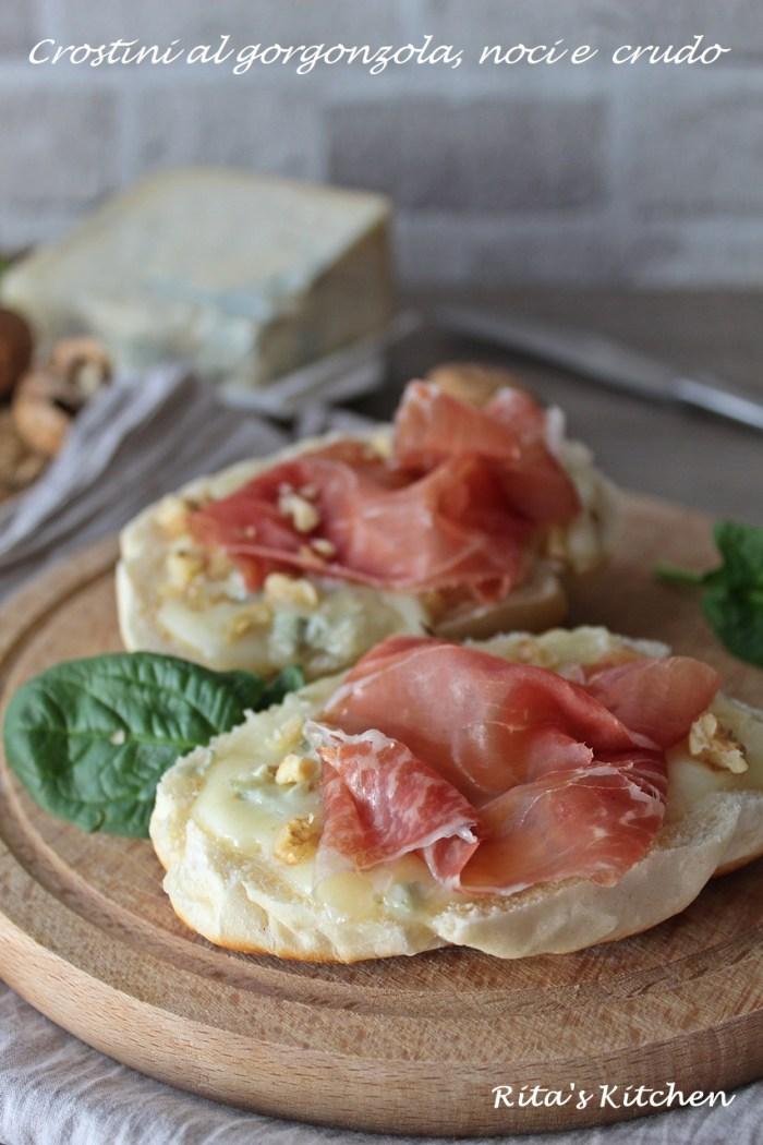 crostini con gorgonzola, noci e crudo