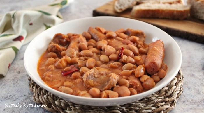 zuppa di fagioli e piccanti e salsicce