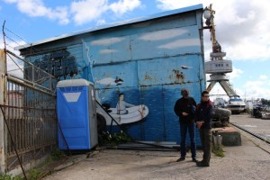 """Peter und Leander vor der """"sanitären Anlage"""" der """"fishboat-Marina"""""""