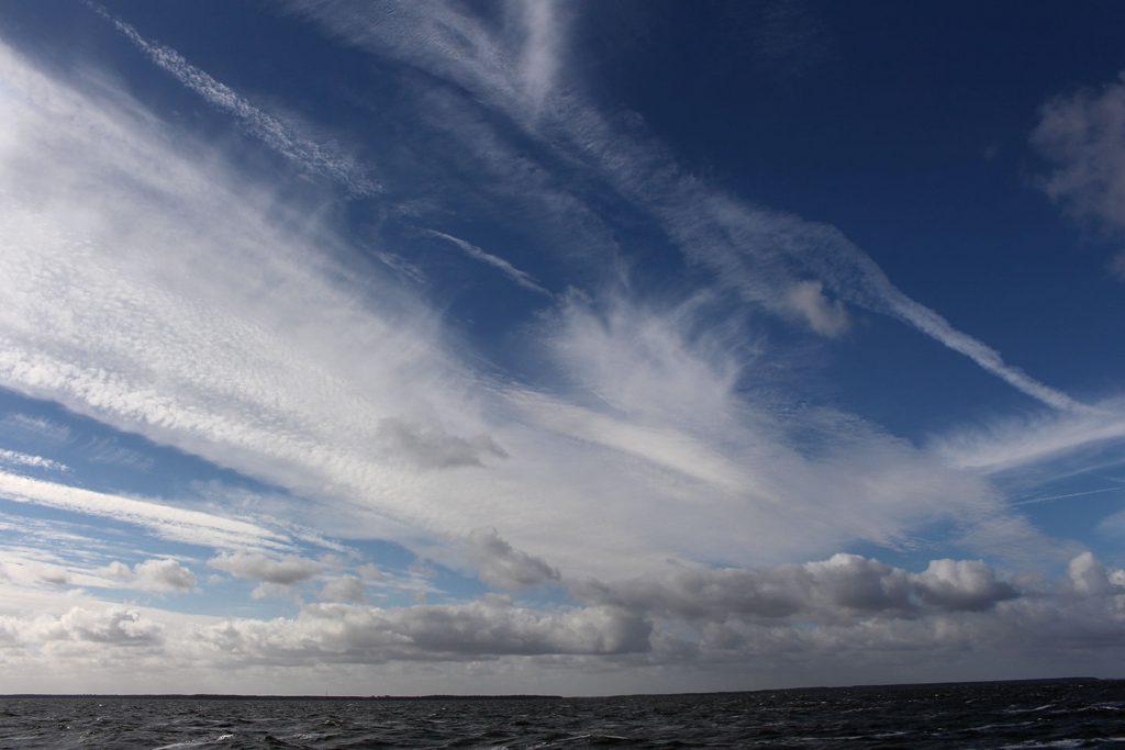 wilder Wolkenhimmel und Sonne
