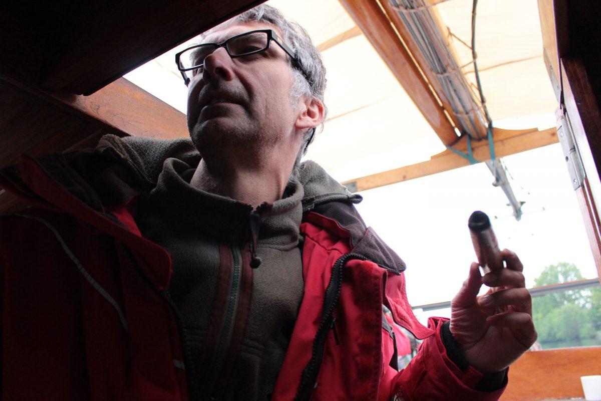 Peter versucht Rith von drinnen an der Bombenfundstelle vorbei zu steuern
