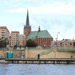 Stadtansicht von Stettin mit Backsteinkirche und Plattenbauten am Hafen