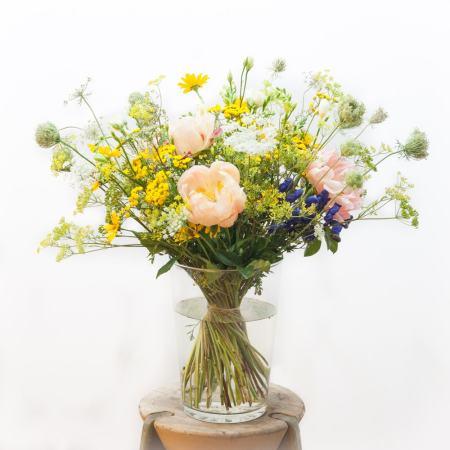 Geltona lauko gėlių puokstė