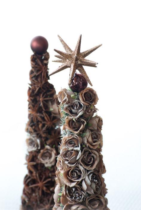 Kalėdų eglutė iš rožių žiedų su žvaigžde