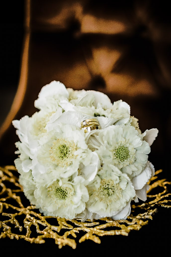 Jaunosios puokštė ir vestuvių žiedas