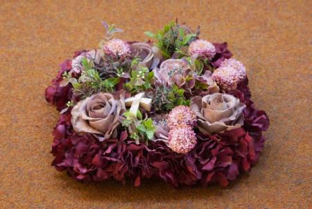 Bordo spalvos dirbtinių gėlių pagalvėlė
