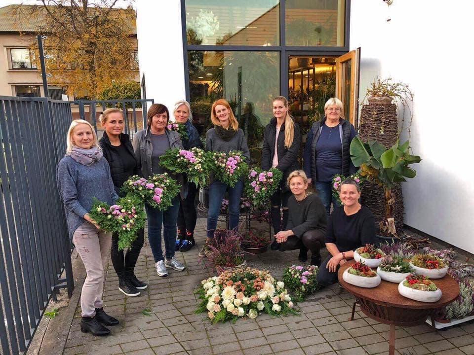 Floristikos kursų dalyvės ritos gėlių salono kieme Prienuose. Fotografuota 2018-10-17