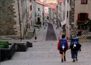 hilly-streets-in-le-puy-in-velay-as-a-setting-in-book-1-and-discussed-in-book-4