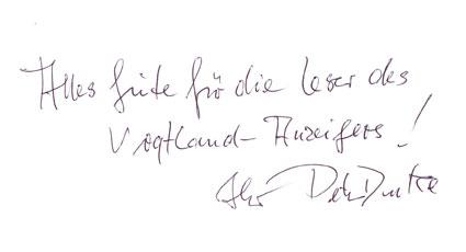 Der DDR-Fußballspieler gibt Autogramme.