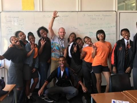 Kurt Davis가 1 년 동안 아프리카 사람들을 돕기 위해 기술 생활을 그만 둔 방법