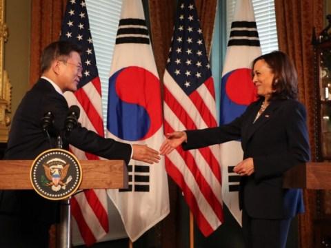 Presiden Moon dan Wakil Presiden Harris bertemu 'tanpa topeng' setelah menyelesaikan vaksinasi kedua