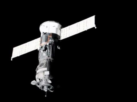 러시아 프로그 레스 화물선이 이틀간의 여정 후 우주 정거장에 정박합니다.